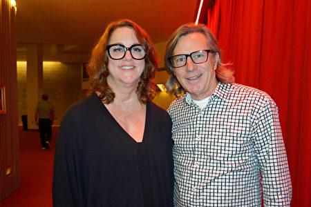 在美國納什維爾田納西表演藝術中心(Nashville Tennessee Performing Arts Center),美國著名音樂製作人、格萊美獎得主Brian Rawlings與太太Nadia Rawlings一同觀看了神韻演出。(林南宇/大紀元)