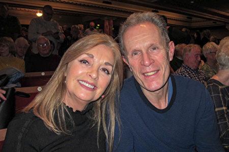 大英帝國勳章得主、資深媒體人Charles Jenkins先生和太太Carol Sinclair一同觀賞了神韻在英國愛丁堡劇院的演出。(麥蕾/大紀元)