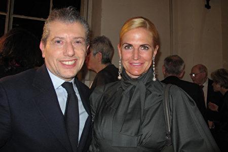 奢侈品設計師Samantha Filipinetti女士(右)和朋友Thomas Saurino先生(左)一起觀賞了神韻在日內瓦的演出。(麥蕾/大紀元)
