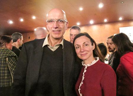瑞士政治家Marc Falquet先生和女友Anastasia Natalia在日內瓦一起觀看了神韻演出。 (麥蕾/大紀元)