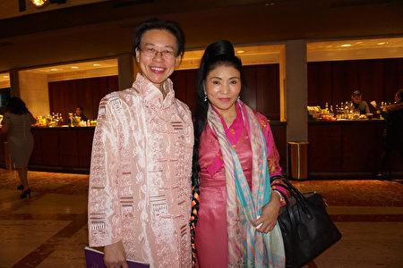 格萊美獎得主、西藏歌唱家央金拉姆(Yungchen Lhamo,圖右)與友人在紐約林肯中心大衛寇克劇院觀賞神韻演出。(林南宇/大紀元)