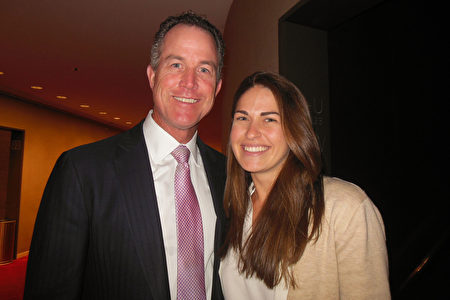 華爾街資深銀行家Robert F Monahan偕女友在林肯中心大衛寇克劇院觀賞了神韻紐約藝術團的演出。(李辰/大紀元)