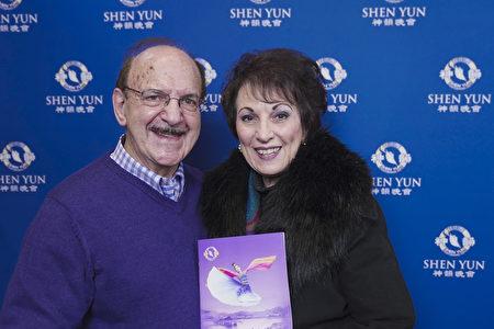 國際知名手風琴演奏家、音樂教授Mario Tacca和身為聲樂家的妻子Mary Mancini第三度在紐約帕切斯學院表演藝術中心欣賞了神韻演出。(新唐人電視台)
