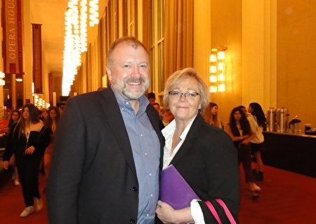美國安全政策中心政府關係副總裁Michael Waller和太太Alison Blair於甘迺迪藝術中心歌劇院觀看神韻。(蘇菲/大紀元)