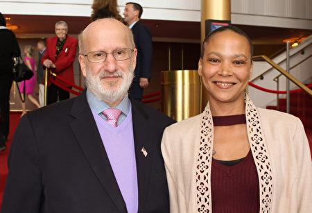美國導彈防禦局主管Dale Delaporte先生攜侄女Angela一起在甘迺迪藝術中心觀看了神韻演出。 (蕭恩/大紀元)