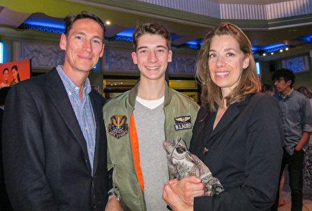 奧地利王子Hohenberg先生(左一)和家人一同在英國倫敦Eventim Apollo劇院觀賞了神韻演出。 (麥蕾/ 大紀元)