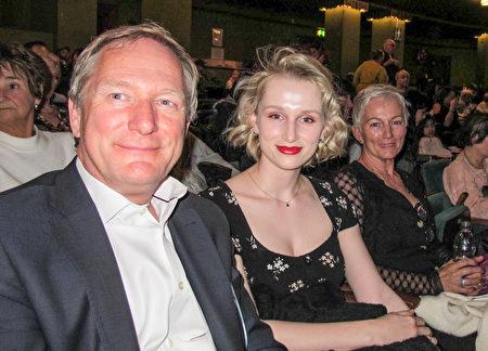 國際保險公司總裁兼首席執行官Vincent Vandendael先生(左一)帶著女兒和太太觀看了神韻紐約藝術團在倫敦的演出。(麥蕾/大紀元)