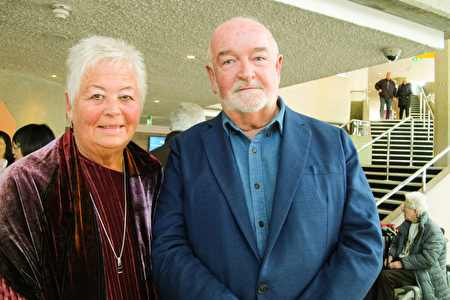 獲獎歌劇演員、資深科學家Roderick Hunt教授和妻子Cheryl Hunt一同觀看了神韻在普利茅斯的演出。(麥蕾/大紀元)