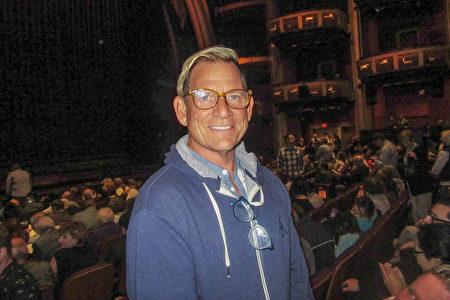9次日間艾美獎得主、燈光設計師Raymond Thompson在洛杉磯觀看了神韻演出。(李清怡/大紀元)
