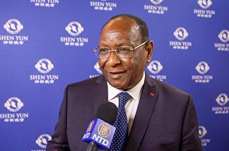 幾內亞前總理Lansana Kouyate先生在巴黎國際會議中心觀賞了神韻演出。(新唐人電視台)