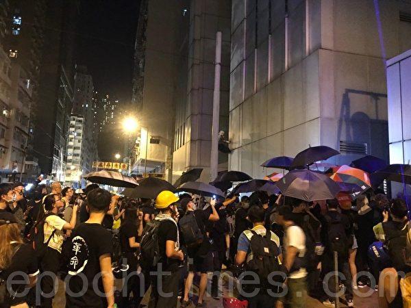 上千名抗爭者在中聯辦外聚集,並發表7.21現場宣言。(孫青天/大紀元)