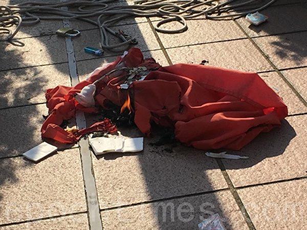 2019年9月21日,屯門公園遊行。屯門大會堂前,大約3點45分,中共旗被拆下來焚燒,消防員撲滅火焰。(張紫薇/大紀元)