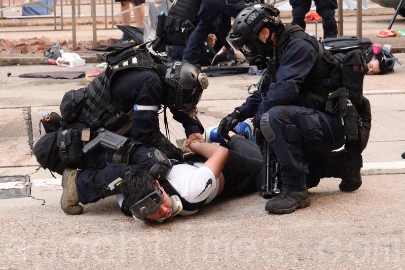 2019年9月29日,「9.29全球抗共」遊行活動中,港警在金鐘狂抓捕抗爭者。(宋碧龍/大紀元)