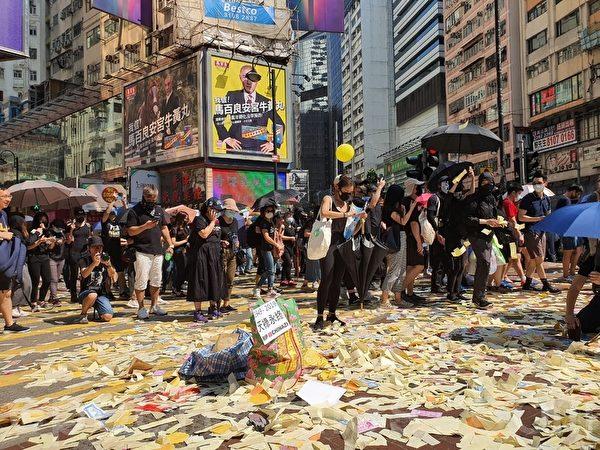 2019年10月1日,香港市民銅鑼灣撒紙錢。(孫明國/大紀元)