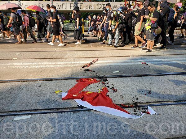 2019年10月1日,抗爭者燒五星旗。(駱亞/大紀元)
