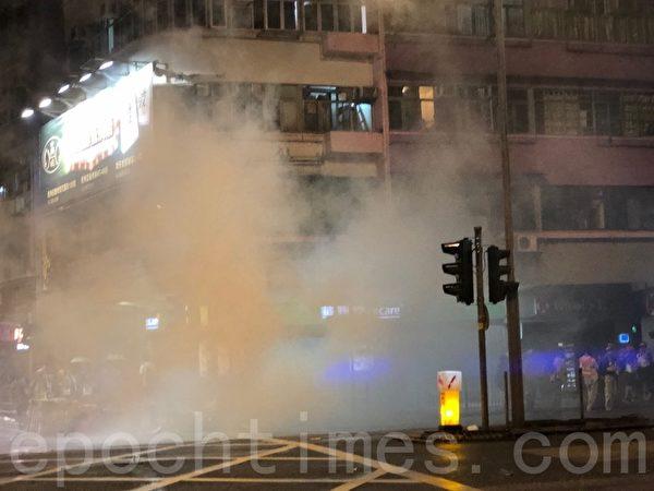 2019年10月6日,警察在旺角亞皆老街染布房街發射催淚彈。(余天祐/大紀元)