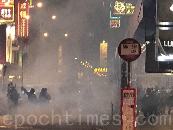 2019年11月12日,香港繼續「三罷」行動。警察從旺角荔枝角道一直向前推進,過了阿階老街,一直向油麻地方向繼續推進,在推進期間狅發催淚彈。(余天祐/大紀元)