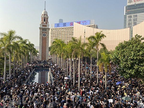 2019年12月1日,香港民眾「不忘初心遊行集會」尖沙咀鐘樓。(文瀚林/大紀元)