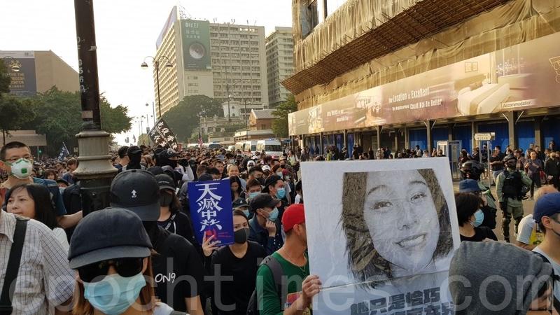 2019年12月1日,港人發起尖沙咀遊行,民眾舉著「天滅中共」標語和陳彥霖照片。(駱亞/大紀元)