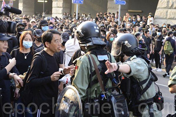2019年12月1日,港人發起尖沙咀遊行,警察阻撓遊行民眾。(余天祐/大紀元)