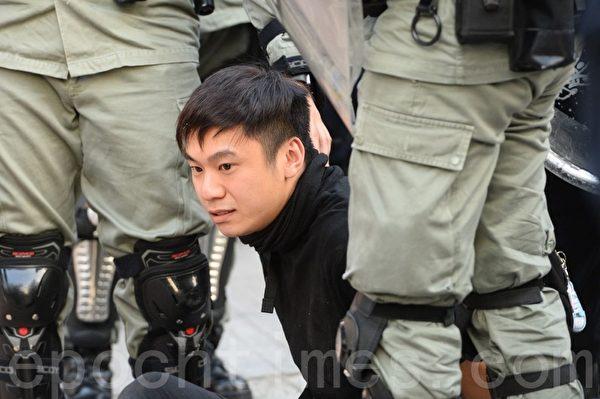 2019年12月1日,港人發起遊行集會,速龍隊射擊楜椒彈和衝進梳士巴利公園裏,有2名抗爭者被逮捕。(宋碧龍/大紀元)