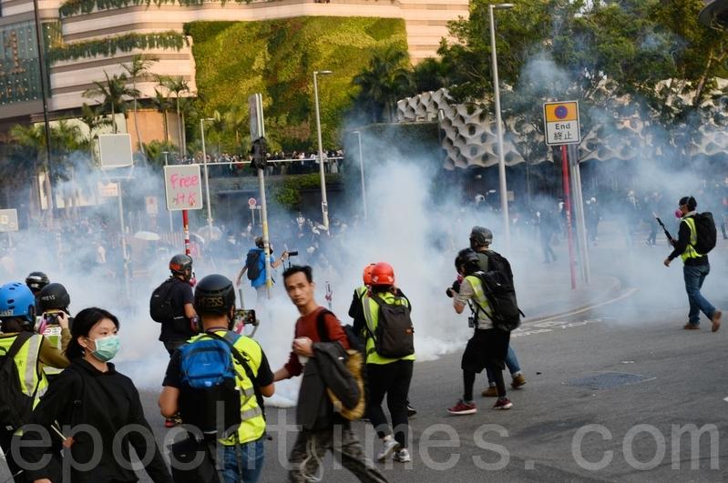 區選舉後38萬港人遊行 至少8人受傷送院
