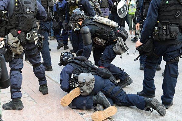 组图3:38万港人游行 警抓人射催泪弹