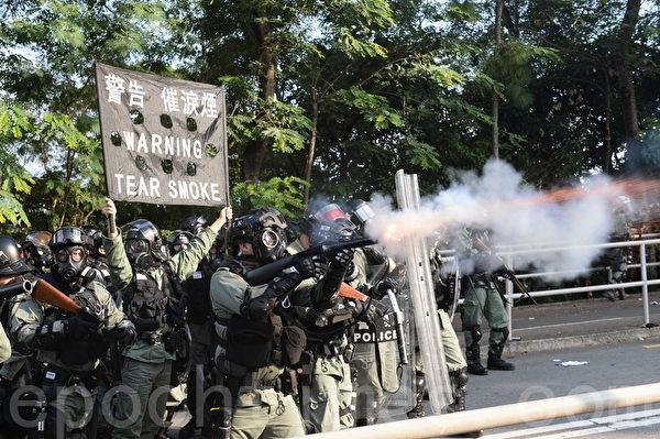 2019年11月12日,港人「三罷」行動。防暴警察在香港中大發射催淚彈,學生進行校園和2號橋保衛戰。(宋碧龍/大紀元)
