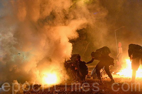 2019年11月12日,港人「三罷」行動。防暴警察在香港中大發射催淚彈,學生進行校園和2號橋保衛戰,阻止港警攻入。(宋碧龍/大紀元)