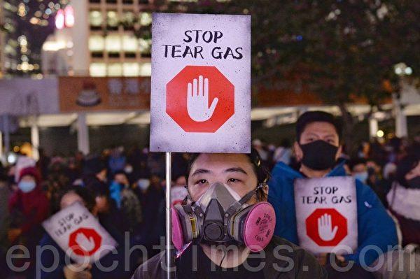 2019年12月6日,香港中環愛丁堡廣場,吸吸可危集會。民眾手持著stop tear gas標語。(宋碧龍/大紀元)
