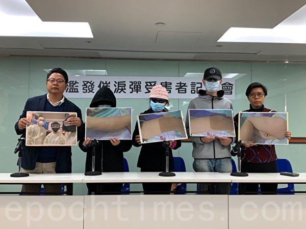 2019年12月6日,劏房戶母子召開記者會,控訴警方在旺角濫發催淚彈禍及街坊,致使他們流離失所已一個月。(韓納/大紀元)