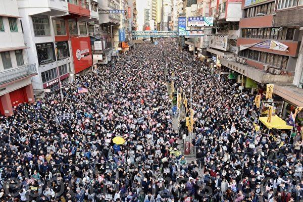 12.8大游行 港警戒备拍摄市民 直升机盘旋