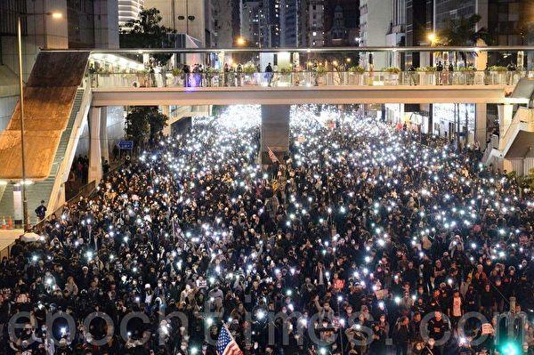 12月8日,香港民陣發起「國際人權日」集會大遊行。遊行隊伍在灣仔軒尼詩道警署總部。(宋碧龍/大紀元)