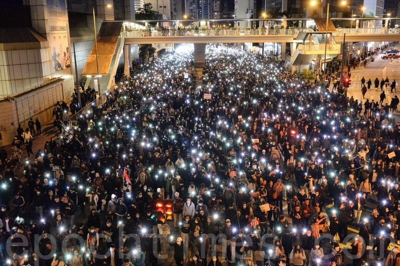 【12.8反暴政組圖】80萬人遊行 喊「驅除共黨 還我香港」