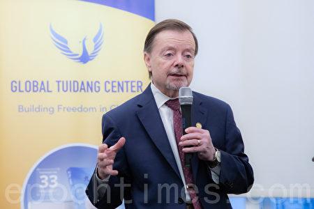 美國國際宗教自由委員會委員加里·鮑爾(Gary Bauer)表示,對於中共活摘器官的情況,委員會極為關切。(林樂予/大紀元)