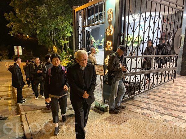 2019年12月12日,香港民眾為科大學生周梓樂舉行悼念會。圖中第一位是陳日君樞機。(韓納/大紀元)