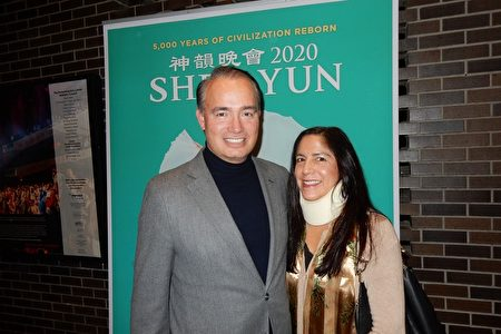 2019年12月20日,世界五百強之一的思科系統公司(Cisco Systems)客服總監William DeKnatel(左)夫婦觀看了神韻國際藝術團在帕切斯的首場演出。(衛泳/大紀元)