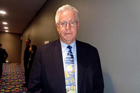 2019年12月20日,律師事務所高級合夥人Peter A. Bee在帕切斯學院表演藝術中心觀賞了神韻國際藝術團的精彩演出。(文燁/大紀元)