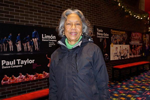 2019年12月20日周五,前紐約州政府衛生局副局長Goldie Bryant在紐約州帕切斯市帕切斯學院表演藝術中心觀賞神韻演出,這是她連續第7年觀賞。(林南宇/大紀元)