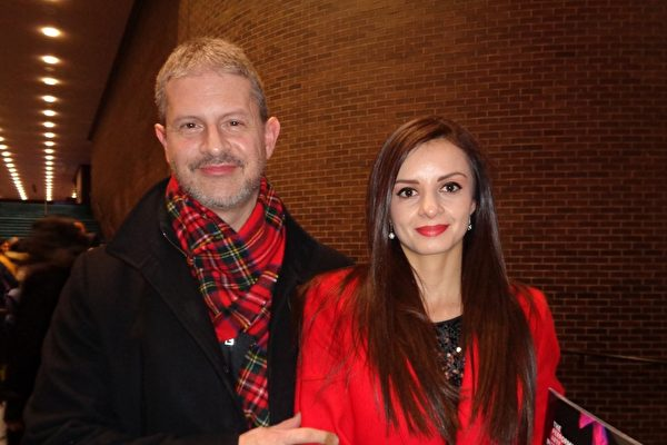 2019年12月20日,資深投資組合經理人Anthony Barbal與太太Elizabeth一起在帕切斯學院表演藝術中心觀賞了神韻國際藝術團的精彩演出。(文燁/大紀元)