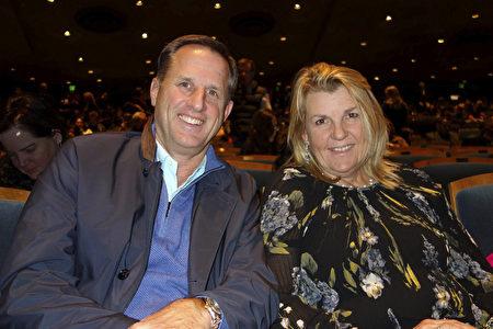 2019年12月20日晚,財富500強、世界最大商業地產公司CBRE的高級副總裁Ken Churich先生與太太觀看神韻環球藝術團在伯克利的首場演出。(周容/大紀元)