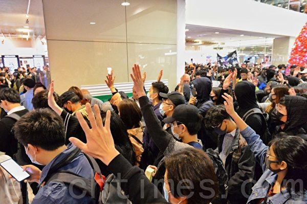 2019年12月24日平安夜,港人在各區商場發起「和你Sing,願平安歸香港」活動。圖在香港尖沙咀海港城。(宋碧龍/大紀元)