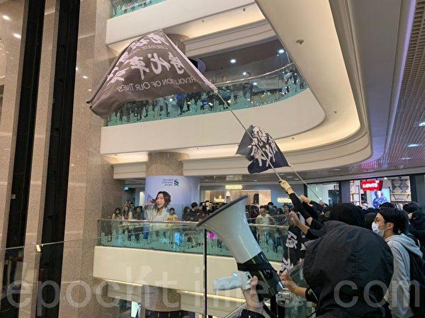 2019年12月24日平安夜,港人在各區商場發起「和你Sing,願平安歸香港」活動。圖為港人在銅鑼灣時代廣場喊口號。(韓納/大紀元)