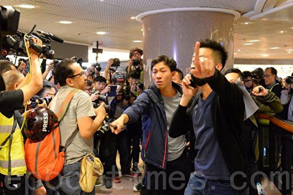 2019年12月24日平安夜,港人在各區商場發起「和你Sing,願平安歸香港」活動。圖為防暴警察衝進海港城抓人。(宋碧龍/大紀元)
