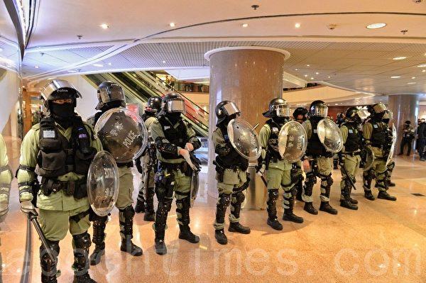 2019年12月24日平安夜,港人在各區商場發起「和你Sing,願平安歸香港」活動。圖為大量防暴警察在海港城商場。(宋碧龍/大紀元)