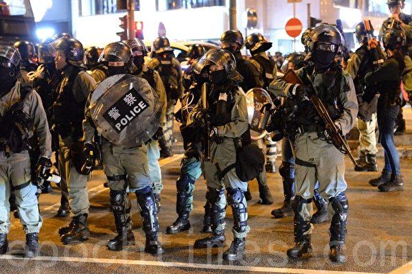 2019年12月24日晚,香港大量防暴警察在尖沙咀聚集。(宋碧龍/大紀元)