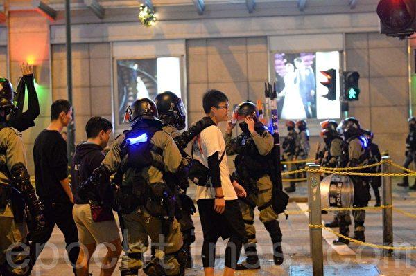 2019年12月24日晚,有2名香港抗爭者在SOGO百貨被搜捕。(宋碧龍/大紀元)