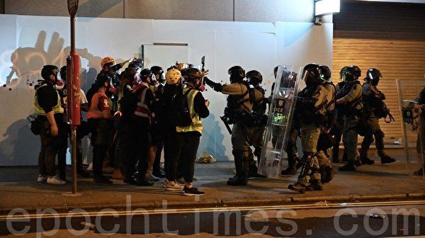 2019年12月25日凌晨的香港旺角,剩下記者與警方對峙。(文瀚林/大紀元)