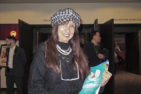 項目開發官Marcela Tapia女士觀賞了2019年12月26日晚神韻在渥太華的演出。(梁耀/大紀元)