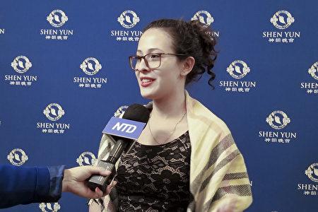 2019年12月26日,擁有自己的音樂室的資深小提琴樂手Sonia Caceres女士表示,神韻樂團製作的是更高層次的音效。(新唐人電視台)